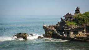 Взгляд виска серии Tanah на море в Бали, Индонезии стоковые фотографии rf