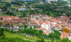 Взгляд воздуха на малом средневековом городке Ларедо, Испания стоковое фото