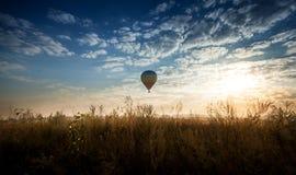 Взгляд воздушного шара летая над полем на восходе солнца Стоковые Изображения
