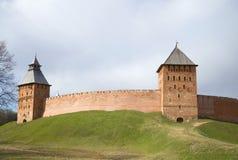Взгляд дворца и Spasskaya возвышаются, пасмурный день novgorod церков аукциона предположения veliky стоковые изображения