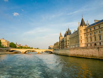 Взгляд дворца Conciergerie от реки Сены в Париже Стоковые Изображения RF