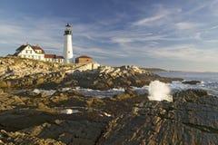 Взгляд восхода солнца маяка головы Портленда и океанской волны, накидки Элизабета, Мейна Стоковые Фотографии RF