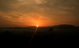 Взгляд восхода солнца над холмом Стоковые Изображения