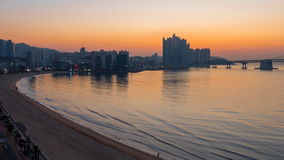 Взгляд восхода солнца Пусана, Южной Кореи Мост и центр города Gwangan сток-видео