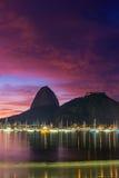 Взгляд восхода солнца Copacabana и хлебца сахара горы Стоковые Изображения