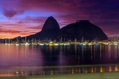 Взгляд восхода солнца Copacabana и хлебца сахара горы Стоковое Фото