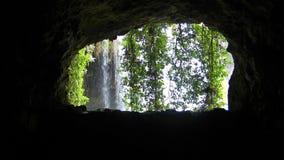 Взгляд водопада изнутри пещеры видеоматериал
