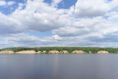 Взгляд высокого банка реки с песочными пропастями заросшими лесом, Волги, России Стоковое фото RF