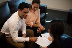 Взгляд высокого угла бизнесмена обсуждая с женскими коллегами Стоковое Изображение RF