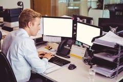 Взгляд высокого угла бизнесмена работая на компьютере на столе Стоковое Изображение RF
