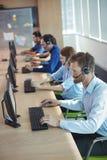 Взгляд высокого угла бизнесменов работая в центре телефонного обслуживания Стоковое Изображение