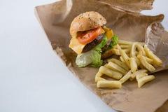 Взгляд высокого угла бургера и француза жарит на бумаге Стоковая Фотография