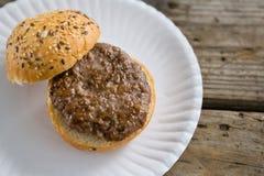 Взгляд высокого угла гамбургера в плите Стоковое Фото
