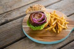 Взгляд высокого угла гамбургера с французскими фраями Стоковые Фотографии RF