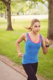 Взгляд высокого угла женщины jogging в парке Стоковое Фото