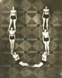 Взгляд высокого угла женщин формируя письмо u стоковое изображение rf