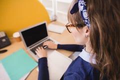 Взгляд высокого угла коммерсантки работая на столе в офисе Стоковое фото RF