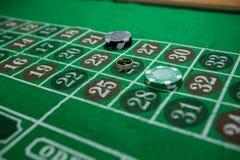 Взгляд высокого угла кольца и обломоков на таблице рулетки Стоковое Фото