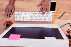 Взгляд высокого угла клавиатуры бизнесмена печатая на офисе Стоковое Изображение RF