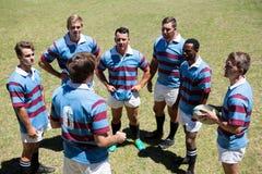 Взгляд высокого угла обсуждать команды рэгби Стоковое Изображение