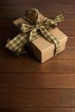 Взгляд высокого угла подарочной коробки на коричневой таблице Стоковые Фото