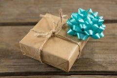 Взгляд высокого угла подарочной коробки с лентой на таблице Стоковая Фотография RF