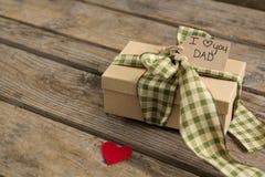Взгляд высокого угла подарочной коробки с ярлыком Стоковое Фото