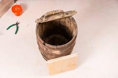 Взгляд высокого угла пустых деревянных бочонка и инструментов Стоковое Изображение