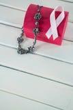 Взгляд высокого угла розовых ленты и ювелирных изделий осведомленности рака молочной железы с красной коробкой Стоковые Изображения RF
