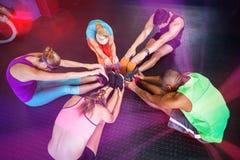 Взгляд высокого угла друзей протягивая в спортзале Стоковая Фотография