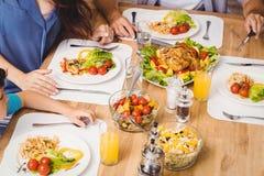 Взгляд высокого угла семьи с едой на обеденном столе Стоковые Фотографии RF