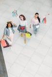 Взгляд высокого угла стильных молодых женщин идя с хозяйственными сумками Стоковые Изображения