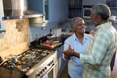 Взгляд высокого угла танцев пар в кухне Стоковые Изображения RF