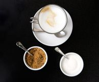 Взгляд высокого угла чашки кофе с сахаром Стоковые Фотографии RF