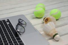 Взгляд высокого угла eyeglasses на компьтер-книжке shuttlecocks и теннисными мячами Стоковые Изображения RF