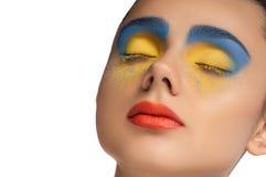Взгляд высокой моды, портрет красоты крупного плана, яркий состав с совершенной чистой кожей с красочными красными губами и голуб Стоковые Изображения