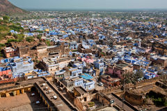 Взгляд высокой точки на городском пейзаже с домами с голубыми стенами Стоковая Фотография RF