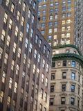 Взгляд высокорослых кирпичных зданий на Манхаттане Стоковые Фото