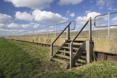 Взгляд вдоль дамбы на острове Canvey, Essex, Англии Стоковая Фотография RF