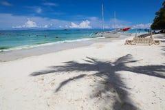 Взгляд вдоль белого пляжа, острова Boracay, Филиппин Стоковые Фотографии RF