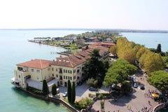 Взгляд вдоль полуострова Sirmione, озера Garda, Италии стоковая фотография rf