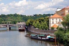 Взгляд вдоль реки Влтавы, Праги Стоковое Изображение RF