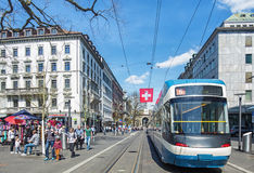 Взгляд вдоль улицы Bahnhofstrasse в Цюрихе Стоковое фото RF