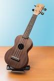 Взгляд гавайской гитары полно- на деревянной предпосылке Стоковые Изображения RF