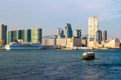 Взгляд гавани Гонконга с паромом стоковые фотографии rf