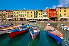 Взгляд гавани и шлюпок Lazise красочный стоковые фотографии rf