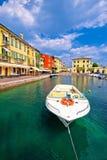 Взгляд гавани и шлюпок Lazise красочный стоковые изображения rf
