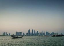 Взгляд горизонта города Дохи городской и шлюпка доу в Катаре Стоковые Изображения