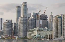 Взгляд горизонта Торонто от Lake Ontario на вечере лета стоковые фото