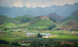Взгляд гористой местности Moc Chau с предпосылкой moutain Стоковая Фотография RF